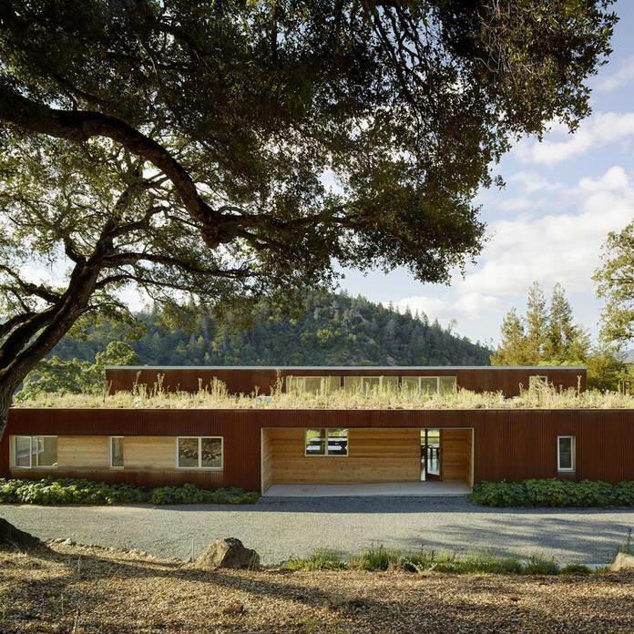 Фасад дома. Экологичный дом среди виноградников Калифорнии