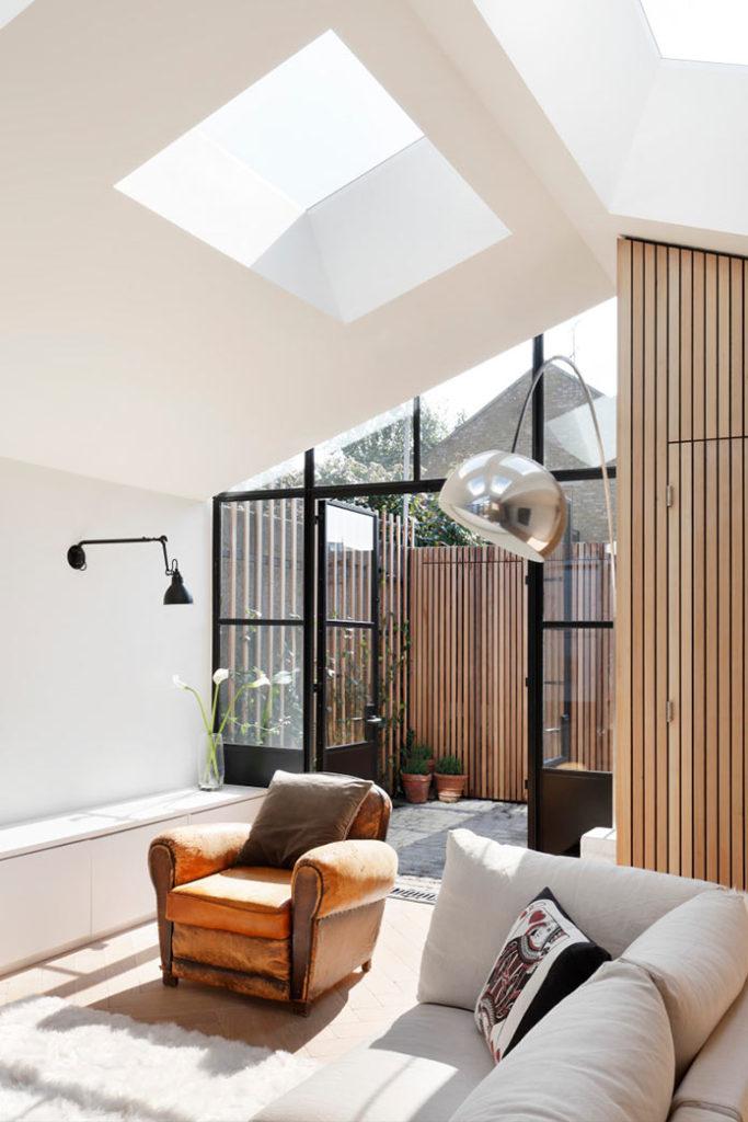 Гостиная, минималистичный интерьер дома THE COURTYARD HOUSE в Лондоне