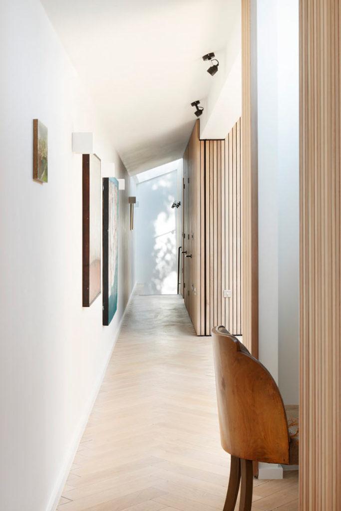 Коридор и рабочее место, минималистичный интерьер дома THE COURTYARD HOUSE в Лондоне