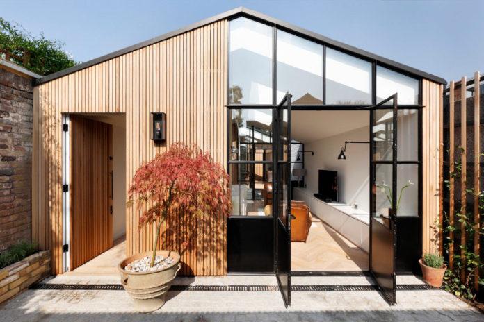 Фасад, минималистичный интерьер дома THE COURTYARD HOUSE в Лондоне