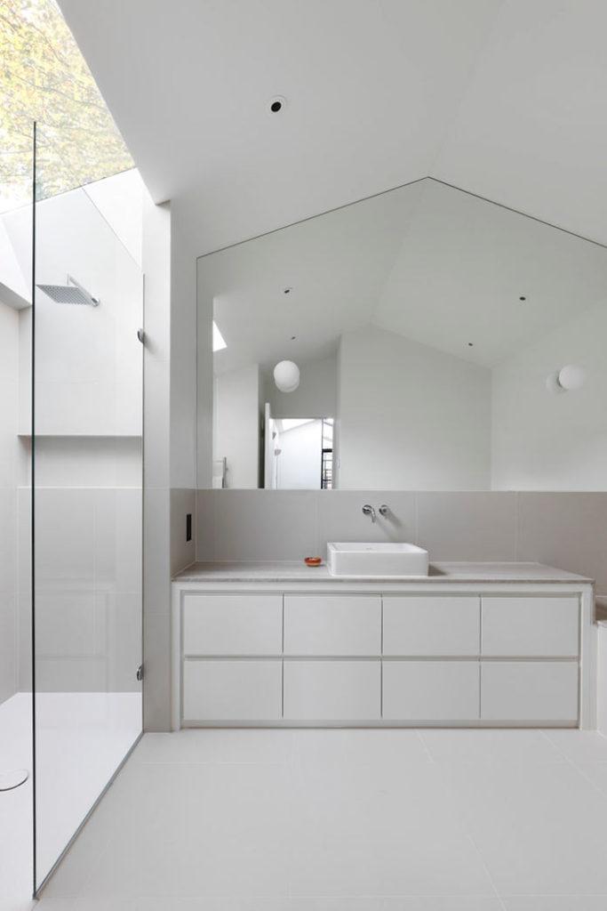 Душевая комната, минималистичный интерьер дома THE COURTYARD HOUSE в Лондоне