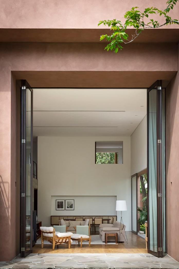 Раскрытые панорамные окна в гостиной