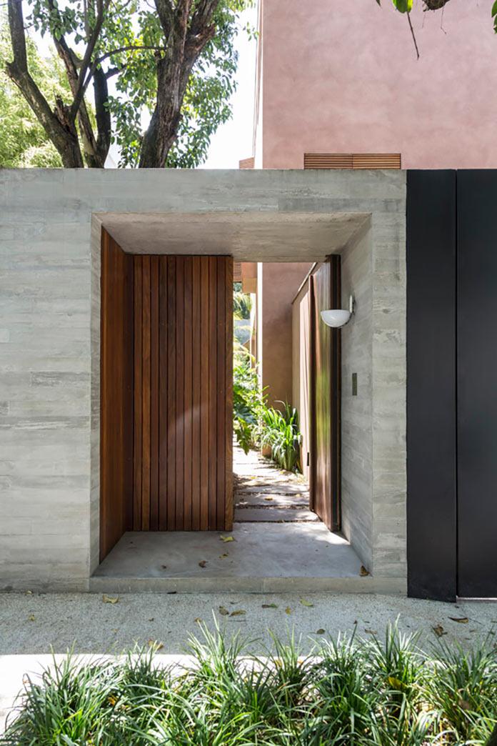 Внешние двери. Дом Пиньейрос в Сан Пауло
