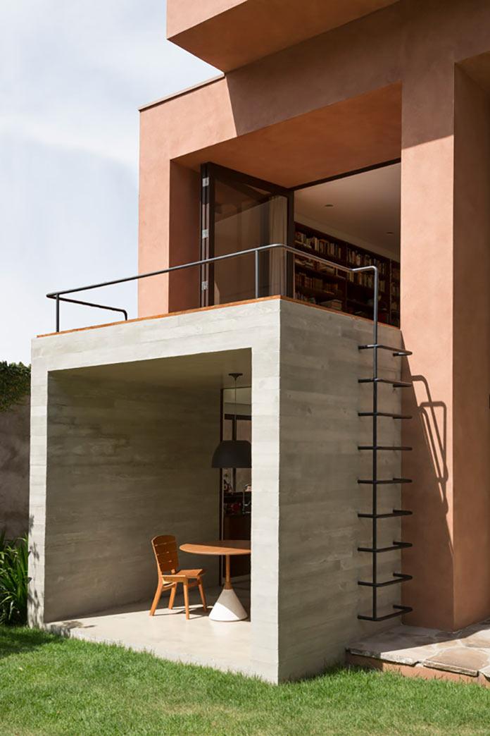 Кухонная терраса и балкон в библиотеке. Дом Пиньейрос в Сан Пауло