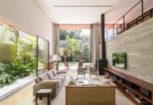 Гостиная с панорамными окнами. Дом Пиньейрос в Сан Пауло