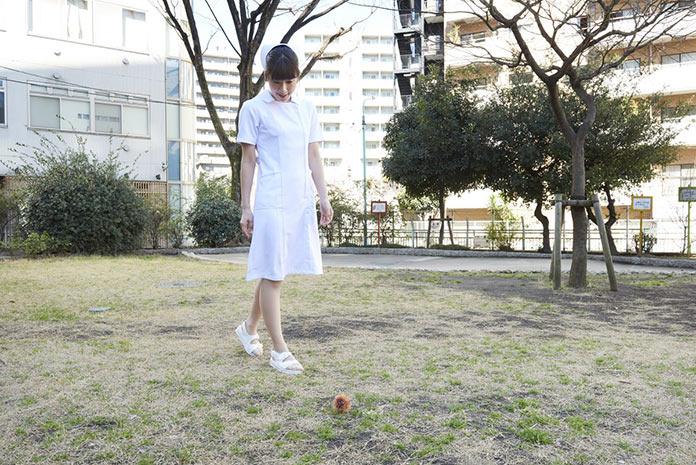 Японская медсестра в парке