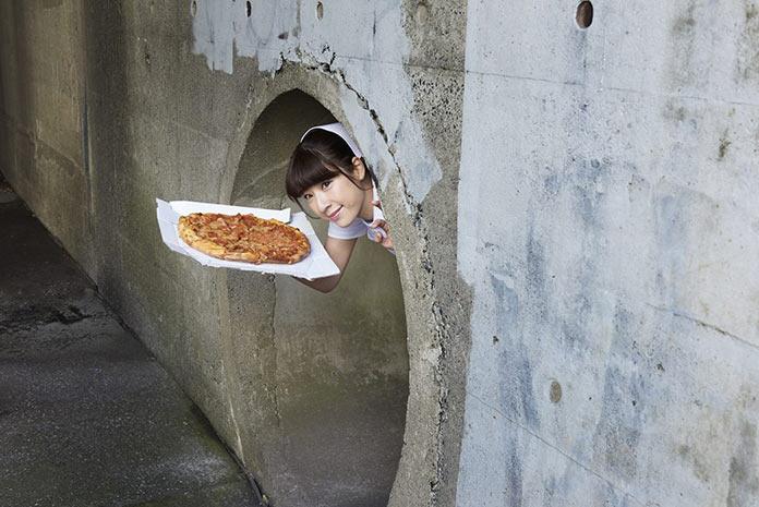 Японская медсестра несет пиццу в странном месте