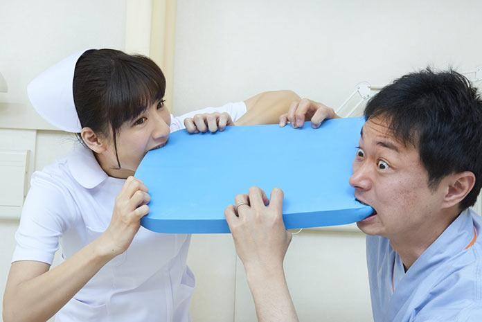 Японская медсестра и пациент за странными занятиями