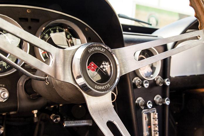 Рулевое колесо Chevrolet Corvette Sting Ray 1964 года черного цвета