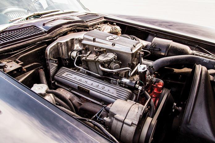 Двигатель Chevrolet Corvette Sting Ray 1964 года черного цвета