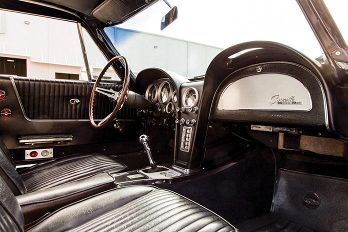 Салон Chevrolet Corvette Sting Ray 1964 года черного цвета