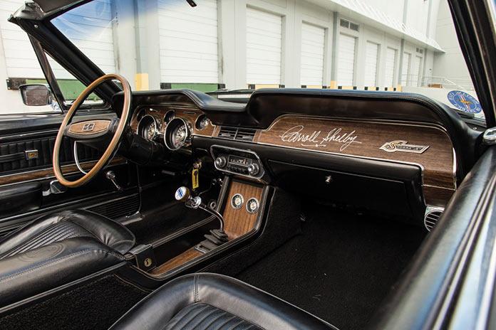 Автограф Кэрола Шелби на приборной панели Shelby GT350 Convertible кабриолет 1968 года