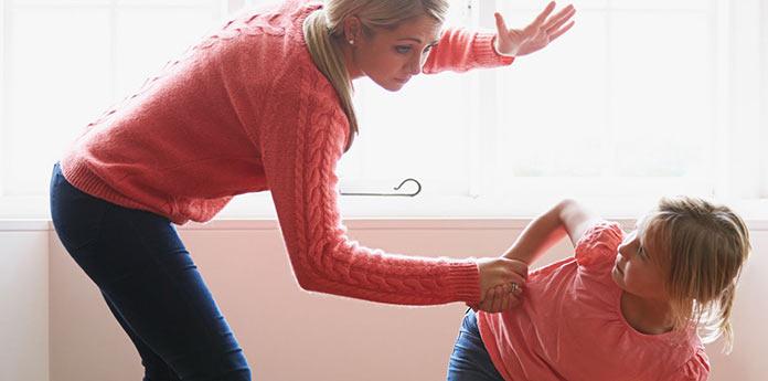 Мать бьет дочь