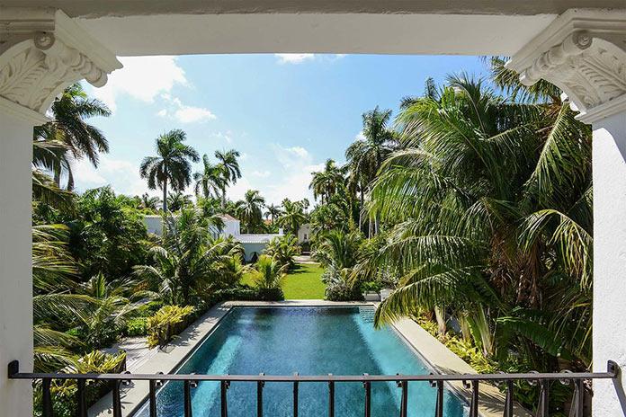 Вид на бассейн. Резиденция гангстера Аль Капоне в Майами
