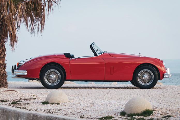 Вид справа на Jaguar XK 150 3.8 Roadster 1960 года