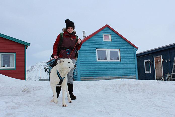 Девушка с собакой на Шпицбергене