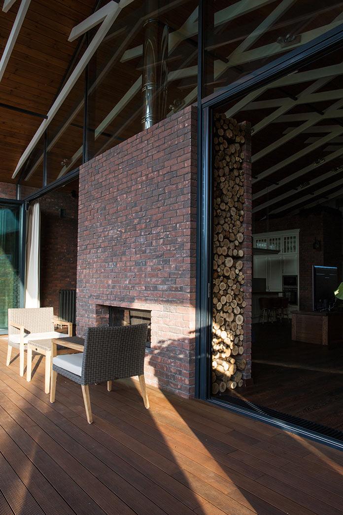 Терраса и двусторонний камин. Дом в стиле лофт в Ростовской области от архитектурной студии Чадо
