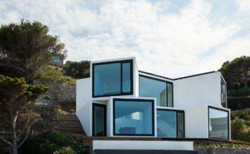 Фасад с панорамными окнами. Современный дом на побережье Средиземного моря