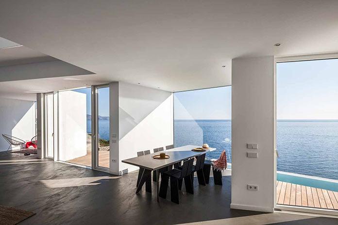 Гостиная и столовая с видом на море. Современный дом на побережье Средиземного моря