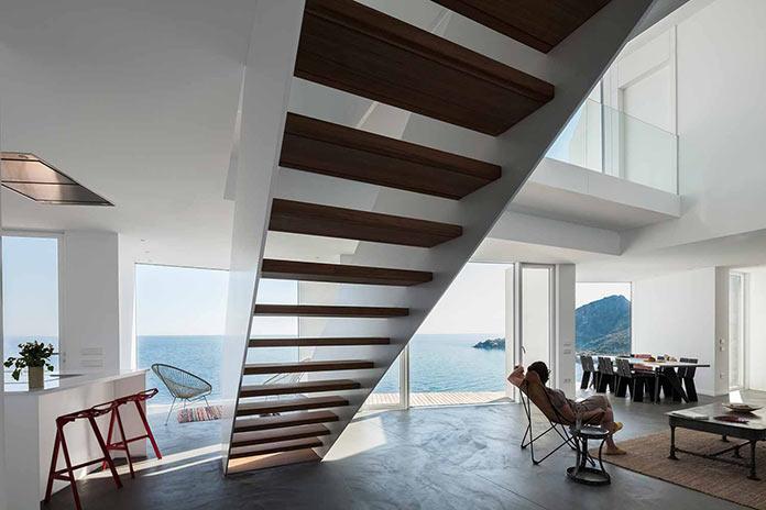 Гостиная с видом на море. Современный дом на побережье Средиземного моря