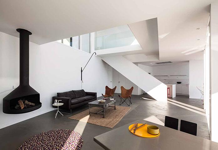 Минималистичная гостиная с видом на море. Современный дом на побережье Средиземного моря