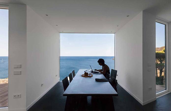 Столовая с видом на море. Современный дом на побережье Средиземного моря
