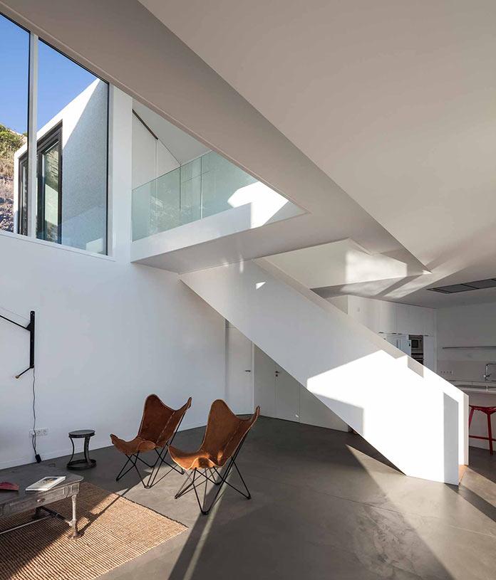 Гостиная и лестница на второй этаж. Современный дом на побережье Средиземного моря