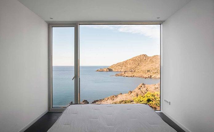 Спальня с видом на море. Современный дом на побережье Средиземного моря