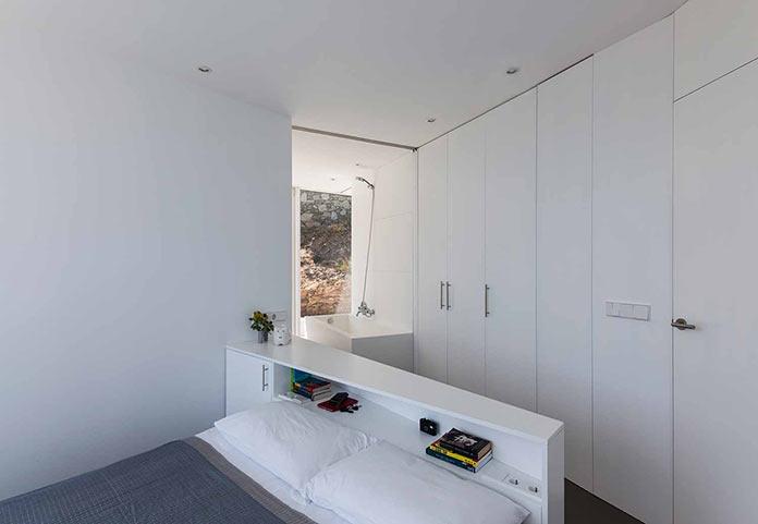 Спальня в белых тонах. Современный дом на побережье Средиземного моря