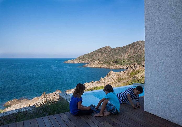 Современный дом на побережье Средиземного моря