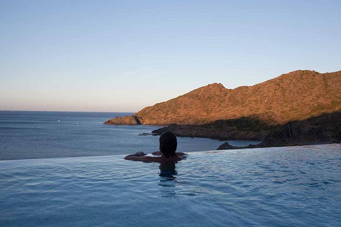 Вид на море из бассейна. Современный дом на побережье Средиземного моря