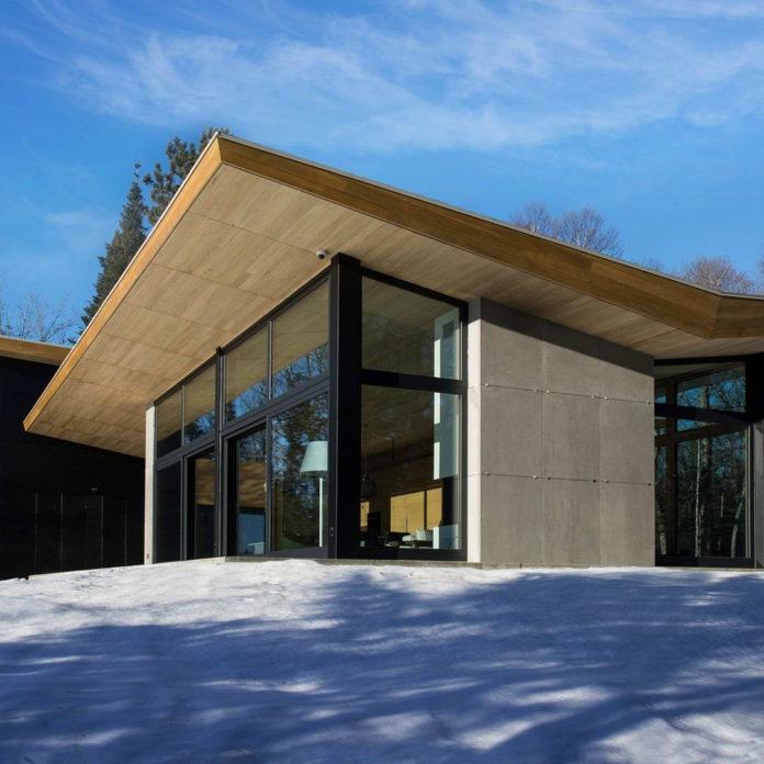 Дом со стеклянными стенами и роскошным видом на озеро