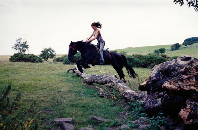 Девушка скачет на лошади, современные цыгане