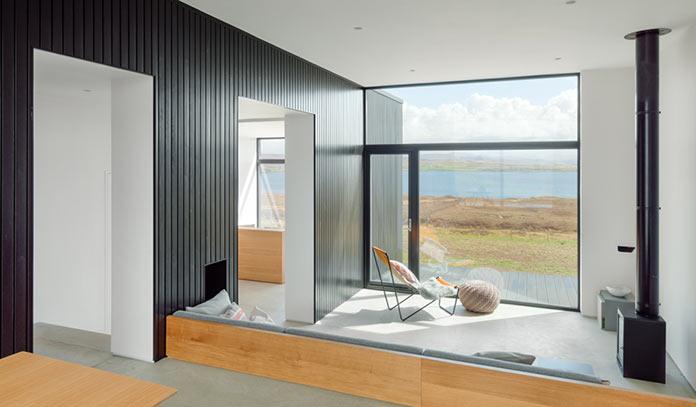 Гостиная с видом на берег, Black H House на острове Скай в северной Шотландии