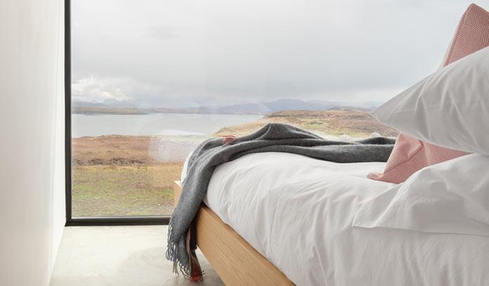 Спальня с видом на берег, Black H House на острове Скай в северной Шотландии