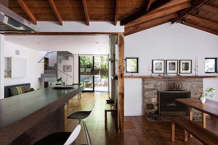 Кухня и гостиная. Старинный загородный дом с многоуровневой террасой в Северной Калифорнии