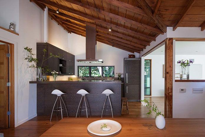 Кухня и столовая. Старинный загородный дом с многоуровневой террасой в Северной Калифорнии