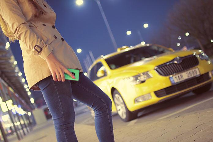 Девушка ждет такси