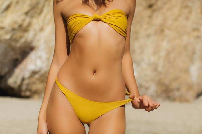 Кэндис Блэкбёрн (Candice Blackburn), девушка в бикини на скалистом побережье