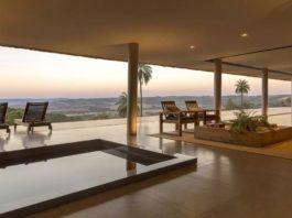 Бассейн под крышей. Дом с шикарным видом на холмах в Бразилии