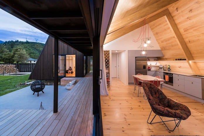Вид на гостиную и террасу. Загородный дом в Новой Зеландии