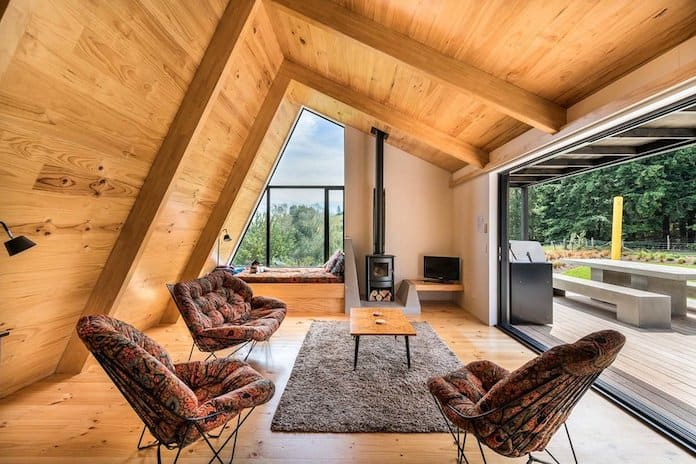 Гостиная отделанная деревом. Загородный дом в Новой Зеландии