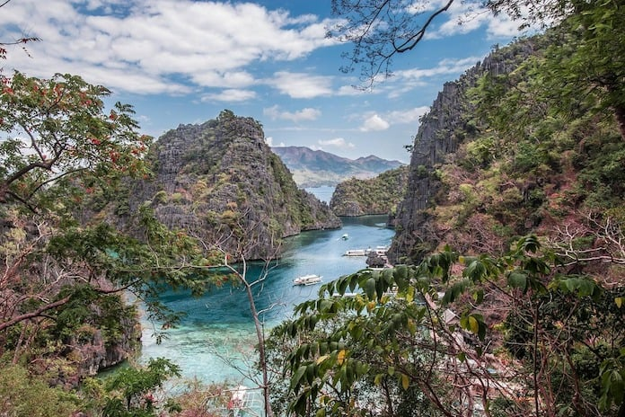 Филиппины, бухта среди скал