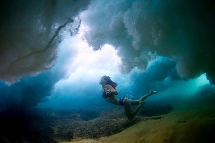 Имоджен Колдуэлл в бикини под водой