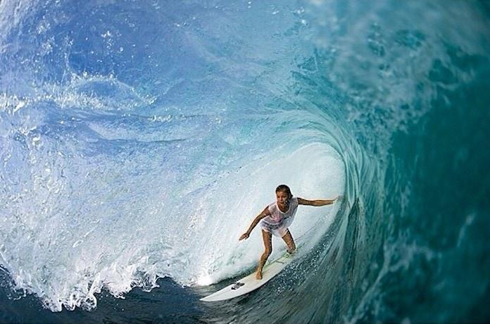 Имоджен Колдуэлл на серфе под гребнем волны