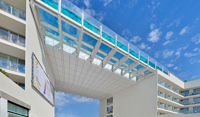 Подвесной бассейн на крыше отеля Calvia Beach The Plaza, Майорка