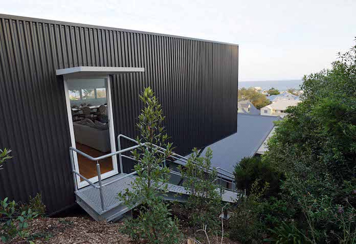 Дом на склоне холма