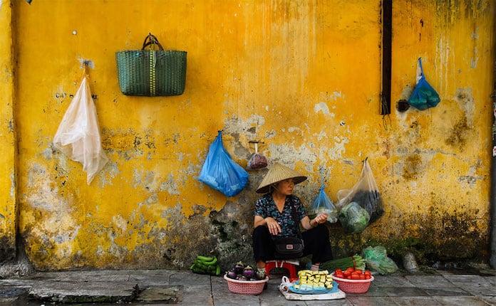 Продавщица фруктов, Ханой, Вьетнам. Победители конкурса трэвел-фотографии среди читателей The Guardian