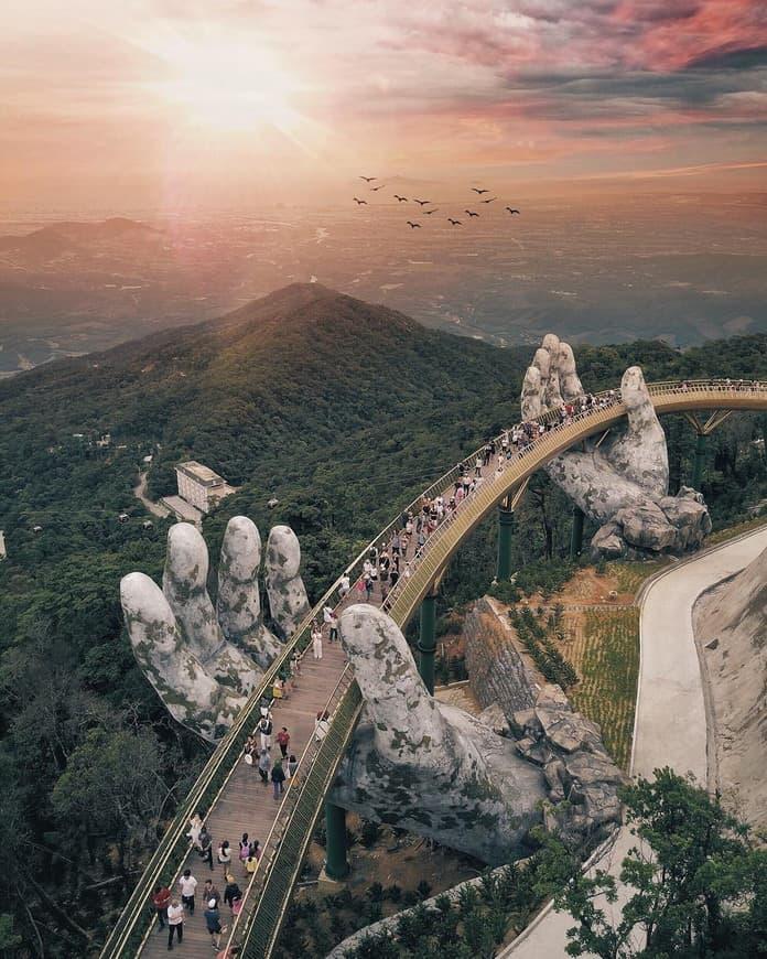 Мост во Вьетнами поддерживают каменные руки